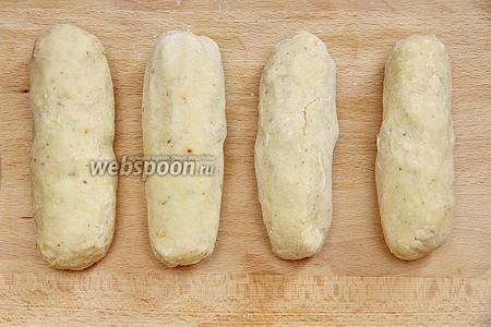 Полученной массой «обернуть» наши сосиски. Чтобы картофель не прилипал к рукам, руки посыпаем мукой.