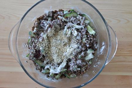 Заправляем салат сметаной, добавляем семена кунжута. Хорошо перемешиваем. Салат можно посолить. Салат из чечевицы и суджука готов.