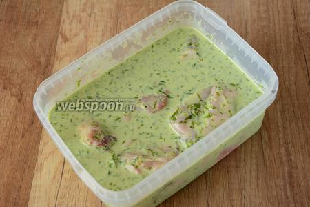 Залить курицу кефиром с черемшой. В контейнере перемешать курицу и поставить в холодильник на 1 час.