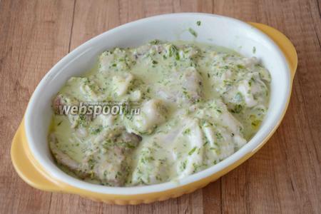 Спустя время, переложить курицу в форму для запекания. Поставить форму в разогретую до 180°С духовку на 30-40 минут. Готовое блюдо подавать в горячем виде. Приятного аппетита!
