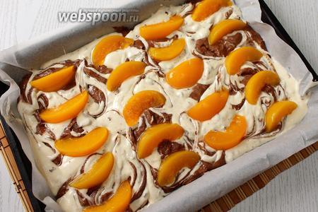Выкладываем на тесто дольки персиков.