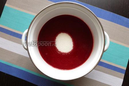 Сливаем сок в кастрюлю, добавляем сахар, размешаем до растворения.