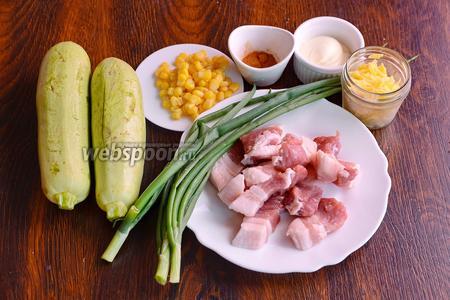 Для приготовления запечённых кабачков, фаршированных мясом, вам понадобится соль, кукуруза консервированная, лук зелёный, кабачки, перец красный молотый, майонез, свиное мясо и сыр.