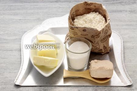 Берём пшеничную муку, прессованные дрожжи, сахар и сливочное масло.