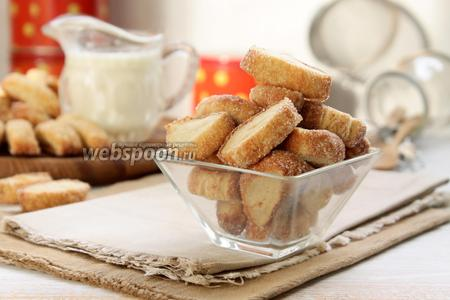 Ссыпаем сахарное печенье в корзинки (банки, конфетницы) и подаём. Приятного чаепития!