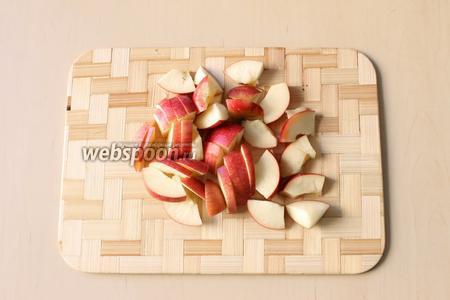 Яблоко помоем, удалим сердцевину. Нарежем на четвертинки, затем небольшой соломкой.