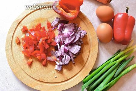Красный лук и болгарский перец также нарезать кубиком.
