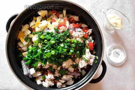 Зелень нарубить, добавить к остальным продуктам. Заправляем майонезом и солим по вкусу. Перемешиваем.