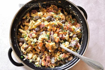 Витаминный салат с красной фасолью и курицей готов. Из данных продуктов получается довольно большой объём, можно накормить компанию.