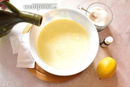 В молоко добавить сахар и подсолнечное масло.
