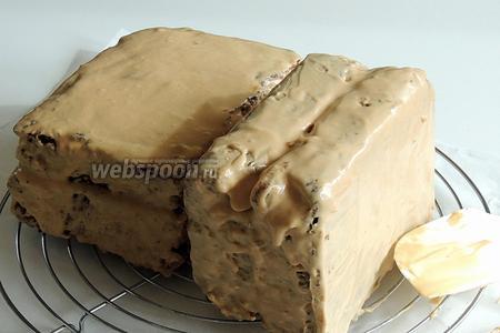 Сдвигаем куски кекса друг к другу. 1 из кусков переворачиваем так, чтоб соединение кексов было вверху, горизонтально, а боковое соединение — вертикально. Обмазываем кремом все остальные стороны. Уберём в холодильник на 1 час.