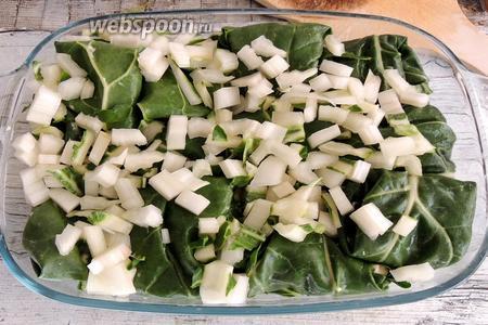 Все капунсы выкладываем в посуду для запекания, засыпаем сверху кубиками стеблей.