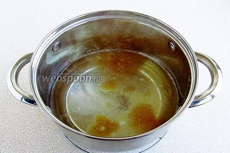 Сварить сироп и опустить в него набухший желатин.