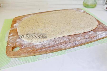 Разделить тесто на 2 части. Раскатать в пласт толщиной  2-3 мм.