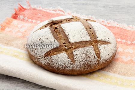Свежеиспечённый черный хлеб с чесноком остужаем, укутав тканным полотенцем.