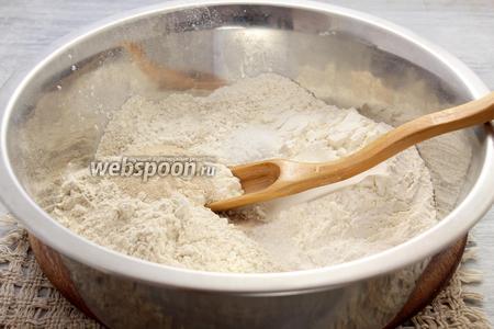 Смешиваем пшеничную и ржаную муку, взятые в равных долях, также бросаем сахар, соль, сухие дрожжи.