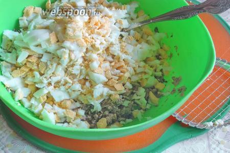 Добавить измельчённые небольшими кубиками яйца.