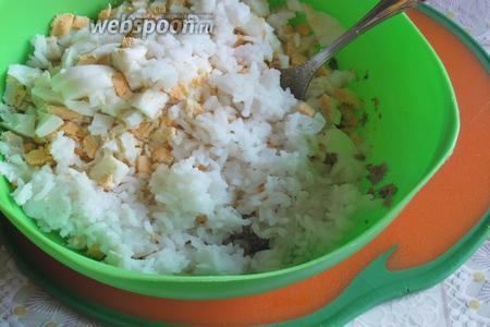 Засыпать рис, вообще, я добавила рис вначале неправильно... Добавила 80 г отваренного, только потом разобралась, что 80 г нужно было сырого. Не допускайте моей ошибки, с меньшим количеством риса вкус проигрывает.