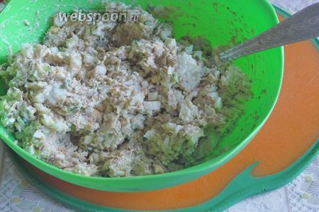 Хорошо размешать. Рыбный салат с рисом и сыром готов. Можно подавать сразу или сделать его заранее. Приятного аппетита!