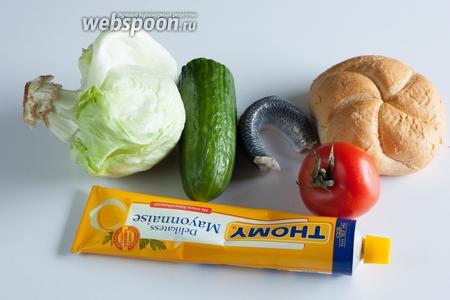 На 1 фишбургер нам потребуется 1 пшеничная булочка и 1 филе маринованной сельди. В Германии нужный сорт называется «селёдка Бисмарка», потому как её особенно любил «железный канцлер». Это сельдь, замаринованная с очень большим количеством уксуса и луком, так что просто найдите самую кислую, какая только вам попадётся. Ещё в фишбургер идёт листок салата или пекинской капусты, 2 ложки майонеза, 2 шайбы огурца и помидора.