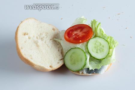 Поверх салата — 2 шайбы огурца и помидора.