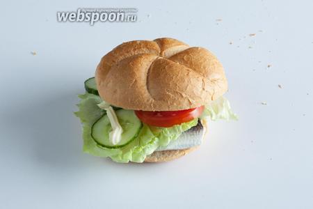Фишбургер с маринованной селёдочкой готов, приятного аппетита!