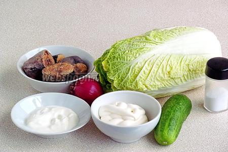 Для приготовления салата нужно взять пекинскую капусту, тунец, консервированный в собственном соку, свежий огурец, фиолетовую луковицу, майонез, сметану и соль.