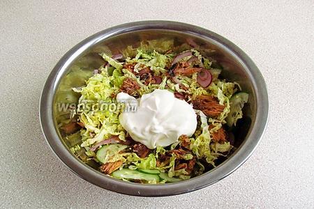 Все ингредиенты салата перемешать и полить сметанно-майонезной заправкой.
