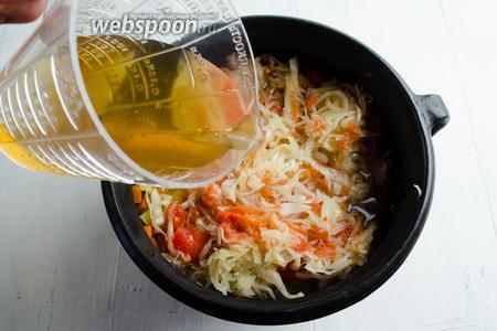 Залить содержимое оставшимся горячим грибным бульоном. Поставить горшочек в горячую духовку. Томить в течение 3 часов при температуре 120°C.
