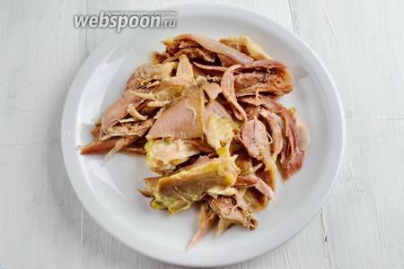 Куриное мясо я отварила накануне (курица домашняя). Мясо отделить от костей. Если готовить постные щи, этот шаг пропустить и вместо топлёного масла использовать растительное.
