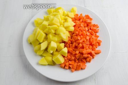 Картофель и морковь очистить. Нарезать мелко кубиком.