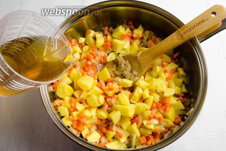 Добавить горячий грибной бульон. Убавить огонь. Готовить овощи до полуготовности.