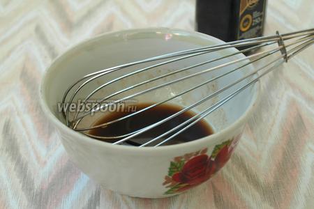 Для заправки соединить оливковое масло и бальзамический уксус, добавить соль и сахар, а также немного перца. Хорошо взбить венчиком.