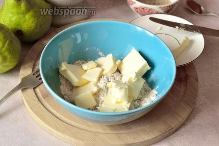Добавить размягченное сливочное масло. Растереть сухие ингредиенты с маслом.