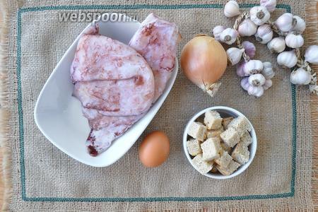 Нам потребуются кальмары, лук, чеснок, яйцо, сухарики, масло растительное, соль и перец.