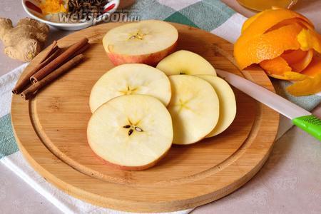 Яблоко вымыть и нарезать произвольно.