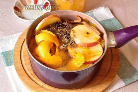 Апельсиновые корки, яблоки, специи, имбирь и цедру положить в кастрюльку и залить холодной водой. Довести до кипения и варить под крышкой, на медленном огне, около 40 минут.