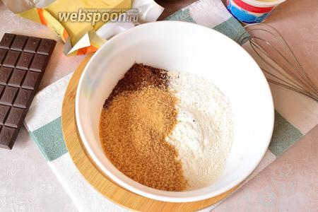 Для приготовления теста нужно смешать в миске сухие ингредиенты: сахар, муку, какао и кокосовую стружку.