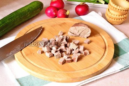 Утиное мясо нарезать на мелкие кубики.