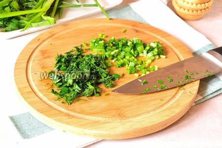 Зелёный лук и зелень мелко порубить.