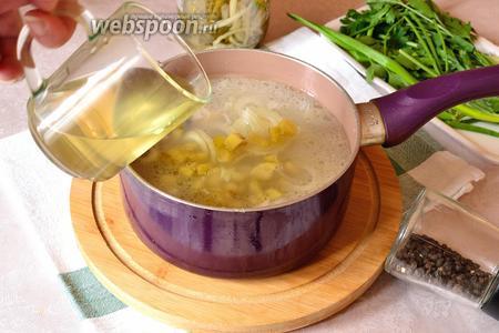 Далее заправить бульон солёными огурцами, луком и огуречным рассолом. Приправить чёрным молотым перцем по вкусу. Довести до кипения и варить ещё 30 минут на слабом огне.