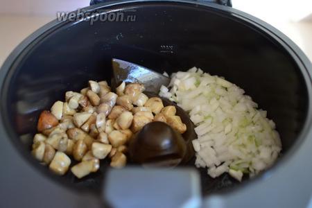 Жарим грибы в режиме «Мультиварки», 3 уровень мощности, около 3-4 минуты. Затем добавляем измельчённые лук с чесноком.