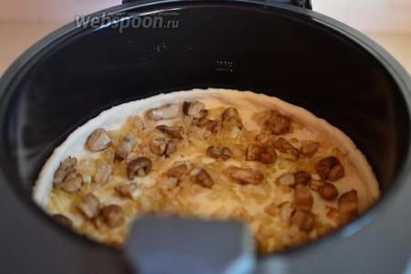 На тесто выкладываем грибную начинку и равномерно её распределяем по всей поверхности.