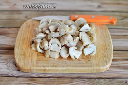 Тем временем займёмся начинкой для пирога. Белые грибы чистим, промываем и нарезаем пластинками.