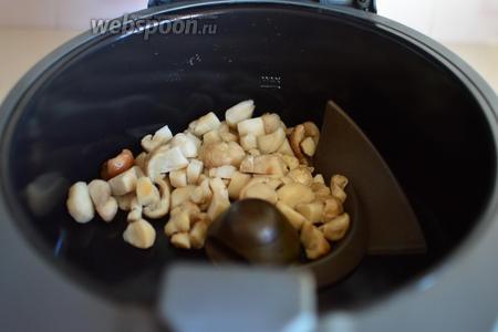 В мультиварку устанавливаем лопатку для помешивания, смазываем чашу маслом и выкладываем грибы.
