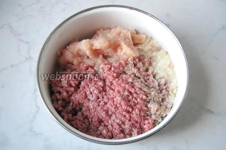 Репчатый лук и чеснок почистить и помыть, измельчить в мясорубке или очень мелко нарезать, добавить к говяжьему и куриному фаршу.
