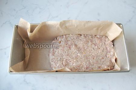 Выложить 1/2 часть фарша в форму для запекания с пекарской бумагой. Форма должна быть «кирпичиком». У меня она немного больше, чем требовалось.