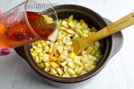 Залить айву с лимоном яблочным сиропом. Оставить при комнатной температуре на 12 часов.