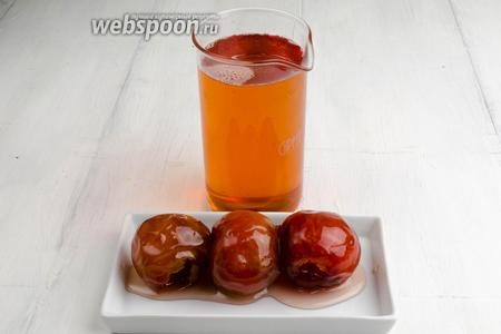 Яблочки-цукаты вынуть. Сироп процедить. Яблоки можно использовать в выпечке, а сироп подойдёт к приготовлению конфитюров, джемов.