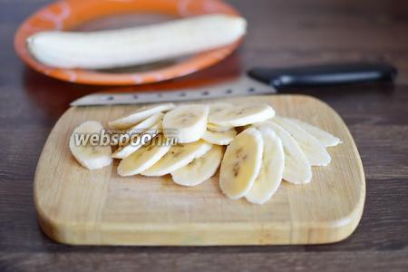 Нарезаем бананы аккуратными тонкими пластинками одинаковой толщины.